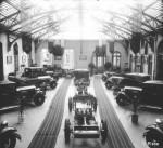 1930 : Exposition de voitures Minerva dans la salle vitrée