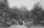 Date inconnue : Quelques visiteurs dans le parc de Saint-Fiacre